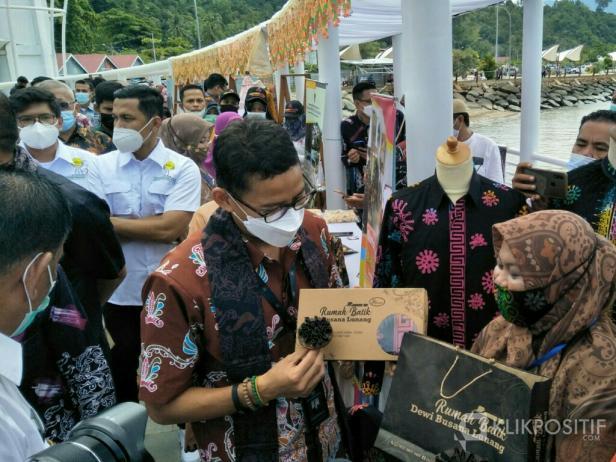 Menparekraf, Sadiaga Uno saat melihat langsung hasil kemasan Batik khas Pessel