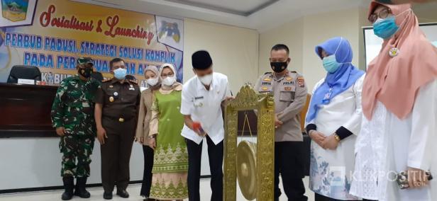 Wakil Bupati Solok Selatan Yulian Efi Memukul Gong tanda peluncuran website Padusi.