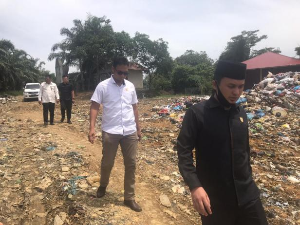 Muhammad Guntara (kanan) bersama pimpinan sidak dari Anggota Komisi III Dedi Lesmana (kemeja putih) di TPA Sampah Muaro Kiawai serta didampingi Ketua DPRD Pasbar, Parizal Hafni beberapa waktu lalu.