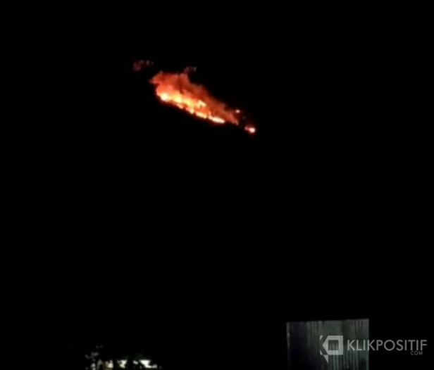 Potret Bukit Panjang Ngalau yang terbakar sejak sore tadi.