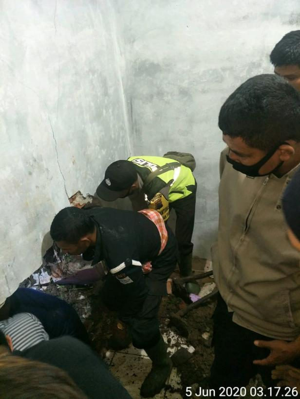 Masyarakat bersama Petugas melakukan evakuasi dan pembersihan material di rumah korban