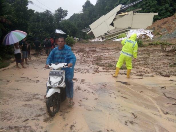Longsor di Jalinsum KM 170 di Kenagarian Muaro Takung, Kecamatan Kamang Baru, Kabupaten Sijunjung.