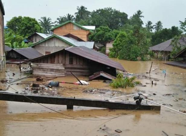 Luapan sungai batang bayang di Nagari Ujung Gading yang merendam rumah warga
