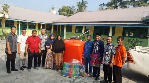 Lurah Bangsal Aceh Parlen Julianto dan Plt Kepala Sekolah SD 003 Bangsal Aceh Nurlela bersama sejumlah masyarakat foto bersama dengan sejumlah perwakilan Semen Padang di Dumai usai acar penyerahan tandon air bersih dan tikar.