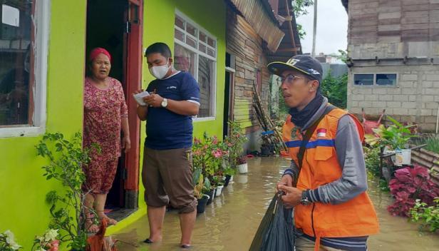 MDMC dan Pemuda Muhammadiyah Solok mendata dan menyerahkan bantuan pada masyarakat korban banjir
