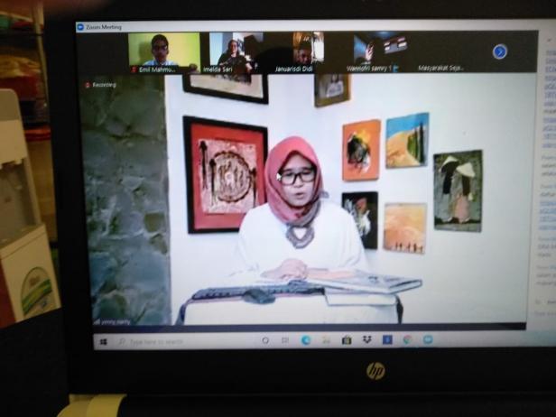 Moderator Webinar Sejarah dan Pembangunan, Yenny Narny, SS, MA, Ph.D yang memandu kegiatan yang digelar Masyarakat Sejarawan Indonesia (MSI) Cabang Sumbar serangkaian acara pelantikan pengurus masa bakti 2020-2025 secara virtual, Sabtu (3/10/2020).