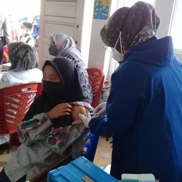 Salah seorang siswi MTs Lubuk Kilangan Laksanakan Vaksin, Rabu, 29 September 2021