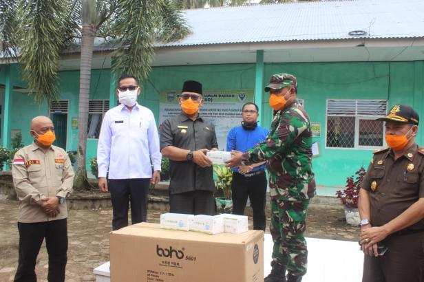 Dandim 0305 Pasaman, Ahmad Aziz saat memberikan bantuan APD kepada Bupati Pasbar, Yulianto di halaman kantor RSUD Jambak