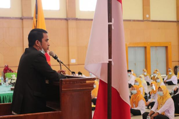 Sekretaris IKA UMMY Solok, Dr. Ramadhani Kirana Putra memberikan motivasi bagi mahasiswa baru UMMY Solok
