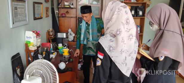 Owner Teras Kopi Pak Datuak Menjelaskan Cara penyeduhan Kopi kepada Mahasiswa magang Politani Payakumbuh