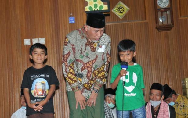Gubernur Sumbar Mahyeldi Ansharullah saat memberikan pertanyaan kepada anak-anak Pesantren Ramadan di Agam