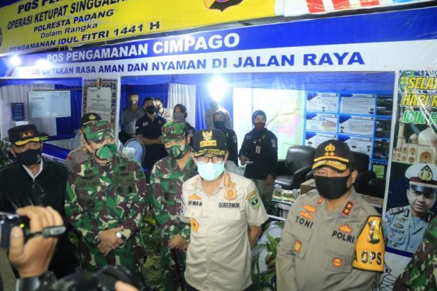 Kapolda Sumbar dan Gubernur Irwan Prayitno saat mengunjungi Posko Pengamanan