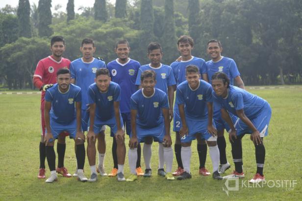 Mukhti Alhaq (kiri-atas), eks penjaga gawang Semen Padang FC bersama Perserang Serang