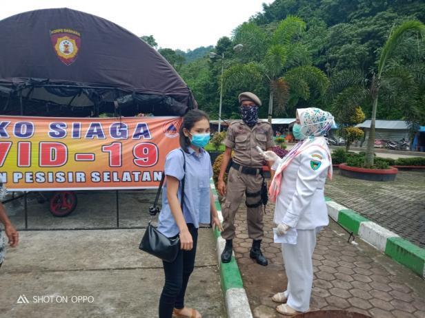 Aktivitas petugas satuan gugus tugas Pemkab Pessel mengecek kesehatan orang yang keluar masuk di perbatasan Pessel-Padang akibat COVID-19 (istimewa)