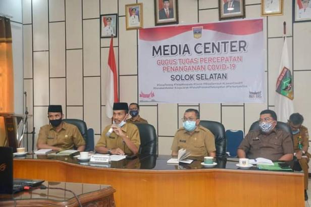 Sekdakab Solsel Yulian Efi Mengikuti rapat melalui Vidcon dengan Gubernur Sumbar