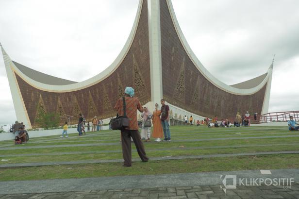Wisatawan di Masjid Raya Sumbar Berswafoto
