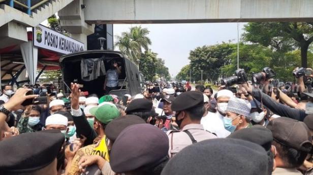 Massa pendukung HRS terlibat bentrokan dengan polisi