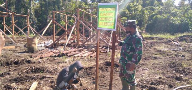 Masyarakat Kampung Dorba Meriahkan TMMD ke-111 Kodim 1712/Sarmi dengan Spanduk