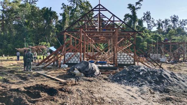 Masyarakat Kampung Dorba Bangun Gereja Baru