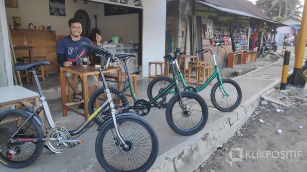 Salah seorang warga Payakumbuh dengan sepedanya.