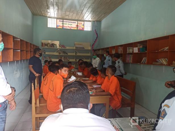 Muhammad Rahmad dari MAPPINDO saat meninjau Perpustakaan LPKA Tanjungpati.