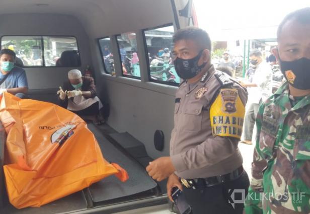 Mayat yang ditemukan setelah dievakuasi petugas untuk menuju RSUD Pasaman Barat