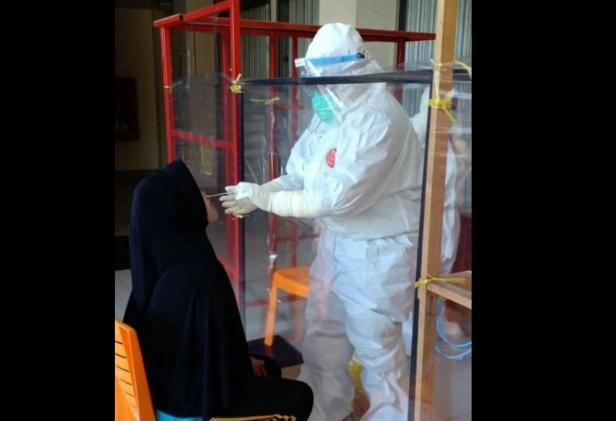 Petugas melakukan pengambilan tes swab terhadap salah seorang pedagang Pasar Raya Solok