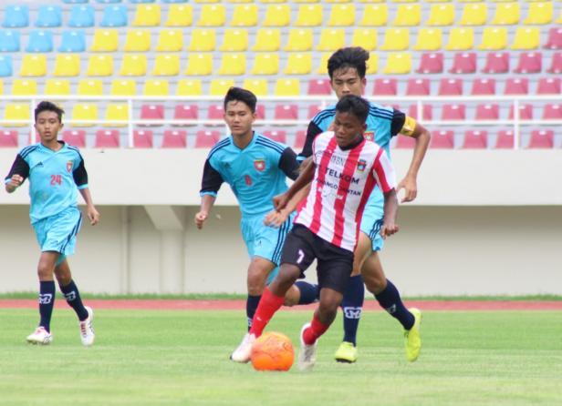Pemain PS Padang (Sumbar) saat berduel dengan pemain DKI Jakarta di Stadion Manahan Solo