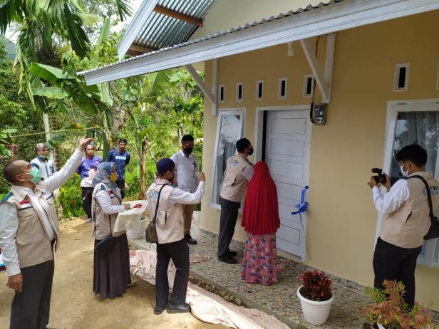 Nenek Dalima yang memiliki rumah tidak layak huni dan tinggal di pelosok dapat program bedah rumah dari YBM PLN Sumbar, Senin (11/5)