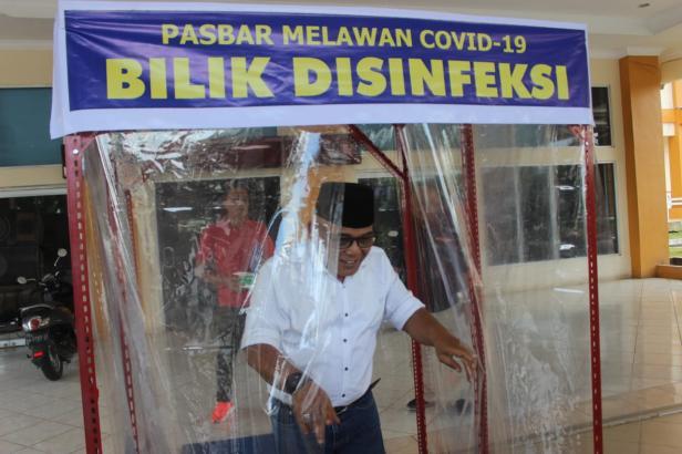 Uji coba langsung perdana Bilik Disinfeksi yang dilakukan oleh Bupati Pasaman Barat Yulianto
