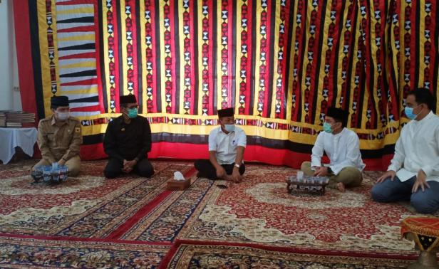Gubernur Sumbar Irwan Prayitno saat melayat ke rumah almarhum Irdinansyah Tarmizi