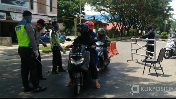 Proses penyemprotan pengendara di perbatasan Payakumbuh