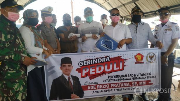 Anggota DPR RI Ade Rezki Pratama saat di Posko Perbatasan Sumbar Riau.