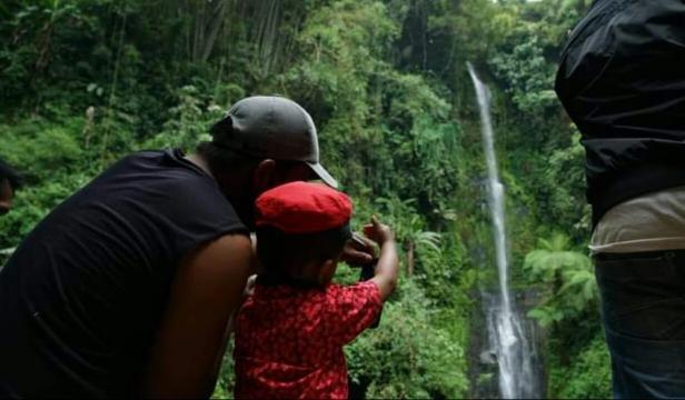 Pengunjung sedang mengabadikan keindahan air terjun Burai Pakiah Na'ali Nagari Sabu