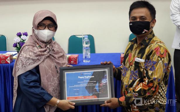 Direktur Utama KlikPositif Oktaveri serahkan piagam penghargaan kepada Universitas Fort de Kock Bukittinggi Evi Hasnita dalam anugerah Klik Award yang dilaksanakan di Kampus Universitas Fort de Kock Bukittinggi, Jumat 9 April 2021.