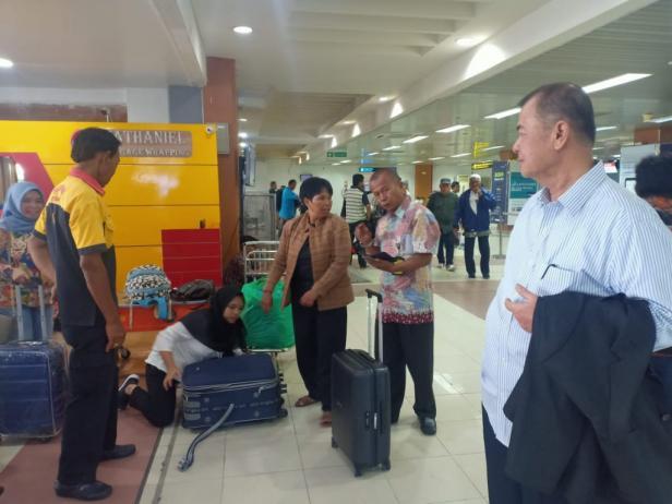 Nasrul Abit menghampiri Rusna dan Ramah saat ketinggalan pesawat di BIM