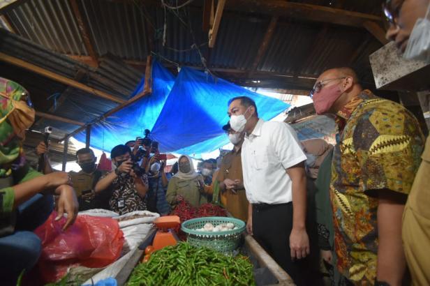 Mendag Muhammad Lutfi (baju putih) didampingi Anggota DPR RI Andre Rosiade dan Walikota Bukittinggi Erman Safar menyapa pedagang Pasar Bawah Bukittinggi.