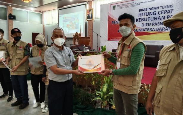 Wilian Abib (Redaktur Harian Padang Ekspres) saat menerima sertifikat Bimtek Jitu Pasna