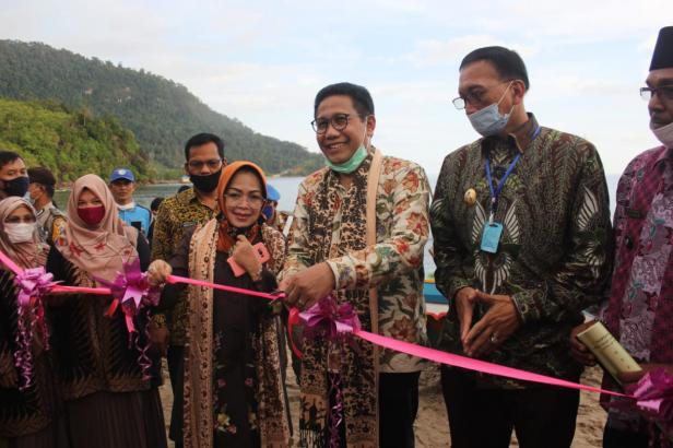 Mendes PDTT, Abdul Halim Iskandar saat meresmikan pemanfaatan 37 perahu motor di Sungai Pinang-Pessel