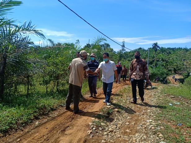 Cawabup Nomor Urut 2 Rudi Hariansyah saat bersilaturrahmi dengan para petani di Kampung Air Surut, Air Pura