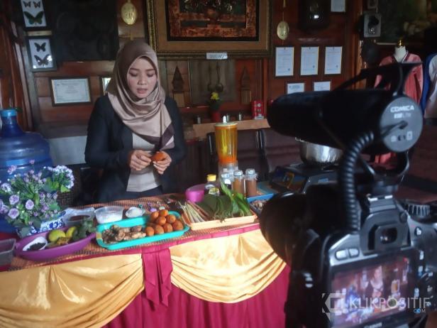 Iis Kuswara memperagakan cara pembuatan jamu tradisional kepada anggota Ipemi Agam di Green House Lezatta, Selasa (26/10/2021)
