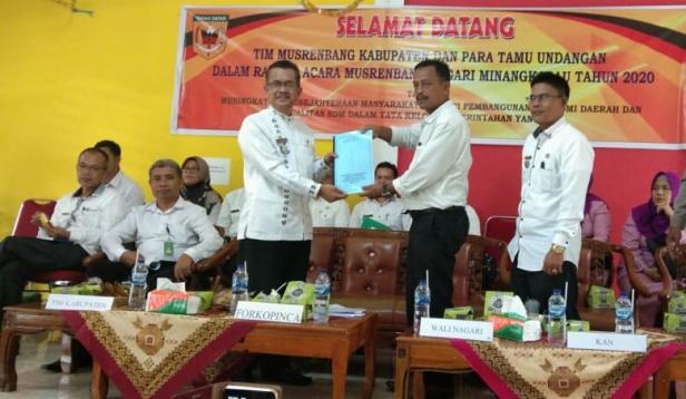 Wali Nagari Minangkabau Imhar menyerahkan hasil Musrenbang nagari kepada Kepala Baperlitbang Alfian Jamrah disaksikan Camat Yetriwel.