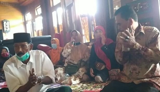 Des saat mengukapkan kekagumannya kepada Nasrul Abit, di Rumah Gadang Reinier Datuak Mangkuto Alam, Kelurahan VI Suku, Kecamatan Lubuk Sikarah, Kota Solok, Minggu, 18 Oktober 2020.