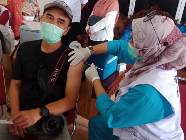 Salah seorang jurnalis di Padang divaksin