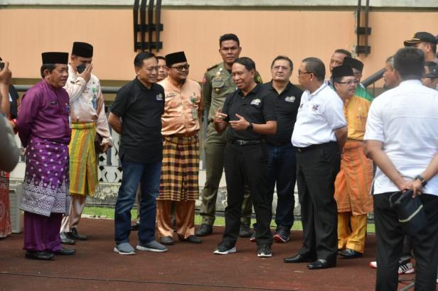 Menpora Zainudin Amali bersama Wakil Gubernur Riau Edi Natar Nasution dan Staf Ahli Kemenpora Bidang Ekonomi Kreatif Jonni Madrizal hari Jumat (24/1) sore meninjau Stadion Utama Riau.