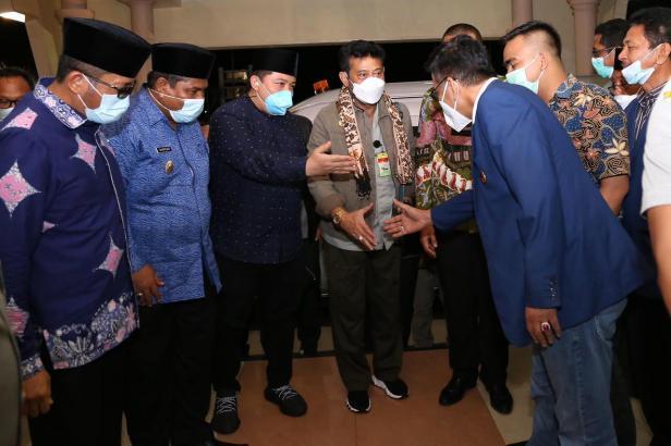 Anggota Fraksi NasDem DPRD Sumbar Irwan Afriadi menyambut Menteri Pertanian Syahrul Yasin Limpo di BIM dan mengenalkan dengan para pejabat Sumbar.