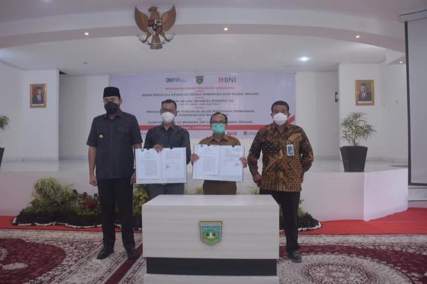Pemerintah Kota Padang Panjang dan Bank Negara Indonesia (BNI) menandatangani perjanjian kerjasama pelayanan pembayaran Pajak Bumi dan Bangunan (PBB) melalui jasa BNI Mobile Banking dan launching kartu Tap Cash untuk berbagai pembayaran, Selasa, (8/12).