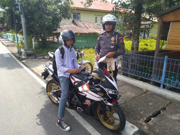 Pelajar saat mengendarai sepeda motor gunakan knalpot rancing terjaring Satlantas di Pessel