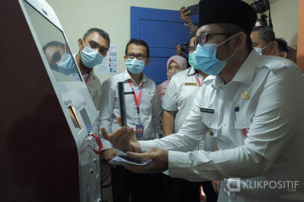 Wakil Wali Kota Padang, Hendri Septa mencoba mesin ADM Disduk Capil Padang