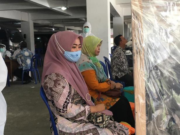 Para ASN Pasaman saat menjalani tes Swab massal di Lubuk Sikaping